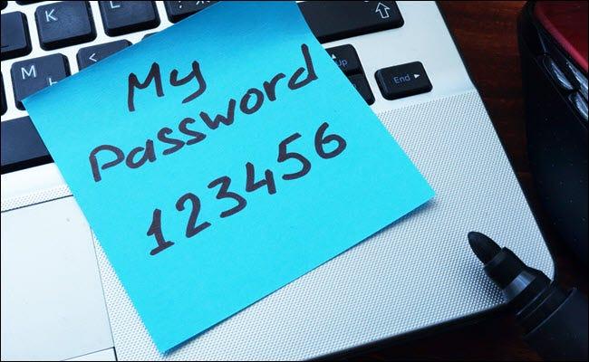 Mein Passwort123456 auf einem Post-it-Zettel geschrieben und an einen Computer geklebt.