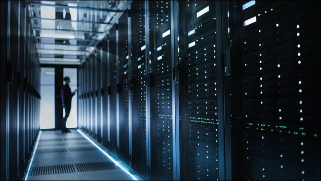 Foto von unscharfem IT-Techniker beim Einschalten des Datenservers.