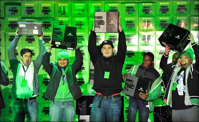Mehrere Microsoft-Consumer halten am Starttag neue Xbox One-Konsolen hoch