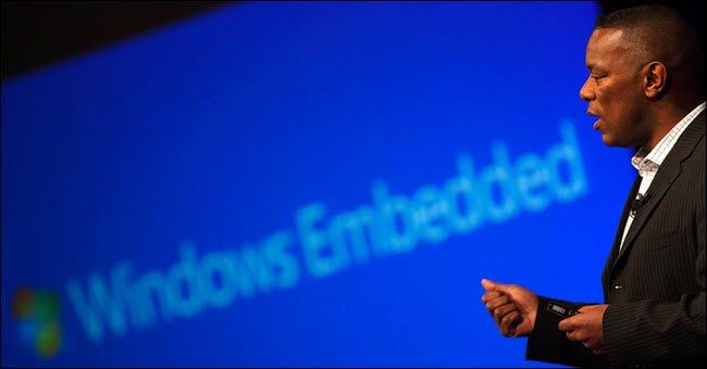 Mann, der vor Windows Embedded-Logo spricht.