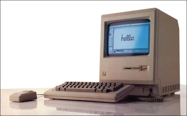 """Ein Original-Macintosh von 1984 mit """"Hallo"""" auf seinem Bildschirm."""