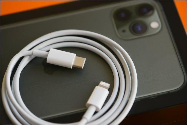 Ein Lightning-zu-USB-C-Schnellladekabel auf einem iPhone 11.