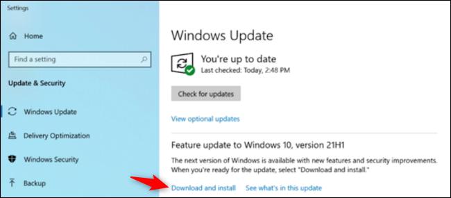 """Klicken """"Herunterladen und installieren"""" im Abschnitt Feature-Update."""