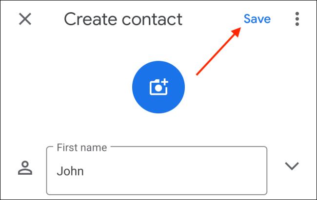 Tippen Sie auf die Schaltfläche Speichern, nachdem Sie die Kontaktdaten auf Android eingegeben haben