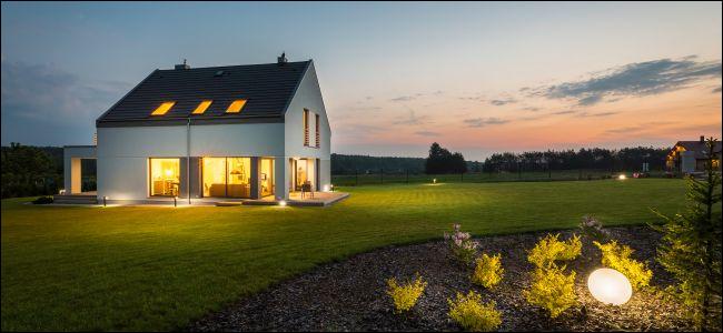 Modernes Landhaus mit Außenbeleuchtung bei Nacht