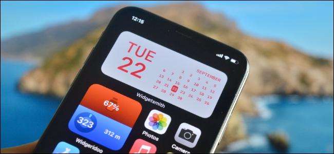 iPhone-Benutzer, der ein benutzerdefiniertes Widget für den Startbildschirm erstellt