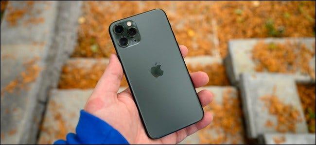 Eine Hand, die ein Apple iPhone 11 Pro hält.