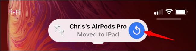 Eine iPhone-Benachrichtigung, die besagt, dass AirPods auf ein iPad verschoben wurden.