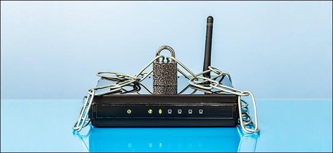 Router, Kette und Schloss.  Passwortgeschütztes WLAN-Netzwerk